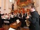 Saxofonista Ivan Myslikovjan a sbor Naši pěvci