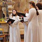 Schola Benedicta v chrámu sv. Gotharda ve Slaném