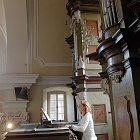Michelle Hradecká za varhanami v kapli Zasnoubení P. Marie