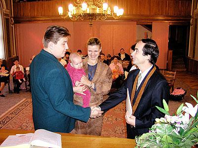 Starosta Ivo Rubík předává rodičům pamětní list s grafikou