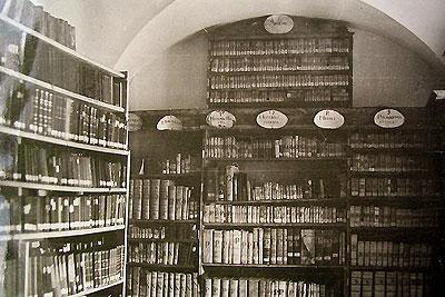 Slánská františkánská klášterní knihovna před zničením (kolem r. 1940)
