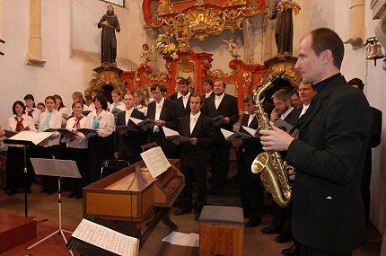 Sbor Naši pěvci a saxofonista Ivan Myslokovjan