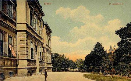 Historická pohlednice s budovou slánské nemocnice – kolem roku 1909