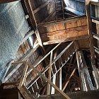 Schodiště a krovy ve věži bývalého Okresniho domu