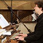 Sebastian Knebel hraje na varhany