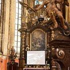 Přenos obrazu z kůru dolů před chrámový oltář