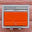 Poštovní schránka na domu čp. 596 ve Wilsonově ulici