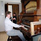 Pavel Černý za harmoniem v kapli zámku v Budenicích