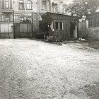 Pohled ze dvora domu 781 na původní vrata (1980) archiv V. Bečváře