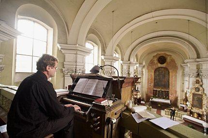 Pavel Černý za varhanami v Preuci