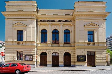 Průčelí divadla dle vítězného návrhu Jindřicha Fialky