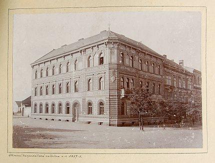 Budova Okresní hospodářské záložny na fotografii před rokem 1896