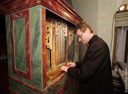 P. Černý u pozitivu v klášterním kostele Nejsv.Trojice, Slaný 4. 5. 2011