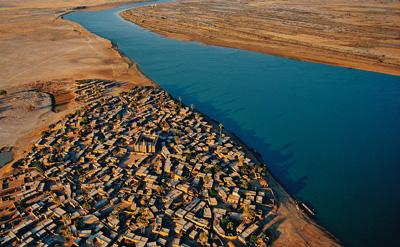 Vodu je třeba rozdělit, Vesnice na břehu Nigeru (Mali) foto © Arthus-Bertrand