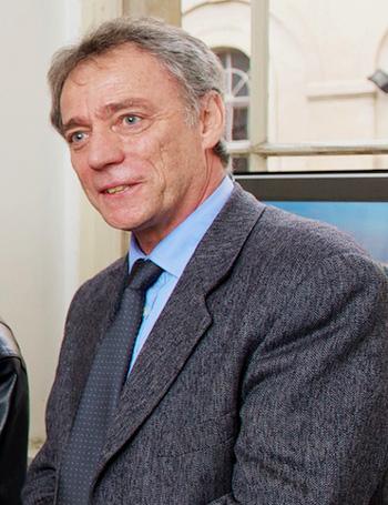 Přednáší pan Gérard Enjolras z Francouzského velvyslanectví