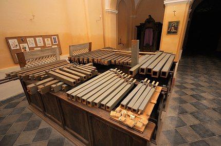 Píšťaly varhan v kostele Stětí sv.Jana Křtitele v Pozdni