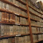 Část františkánské knihovny ve Vlastivědném muzeu ve Slaném
