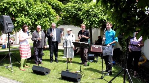 K tanci a poslechu hrají kladenské Heligonky